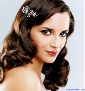 wavy-down-bride-hairstyle-with-crystal-hair-clip